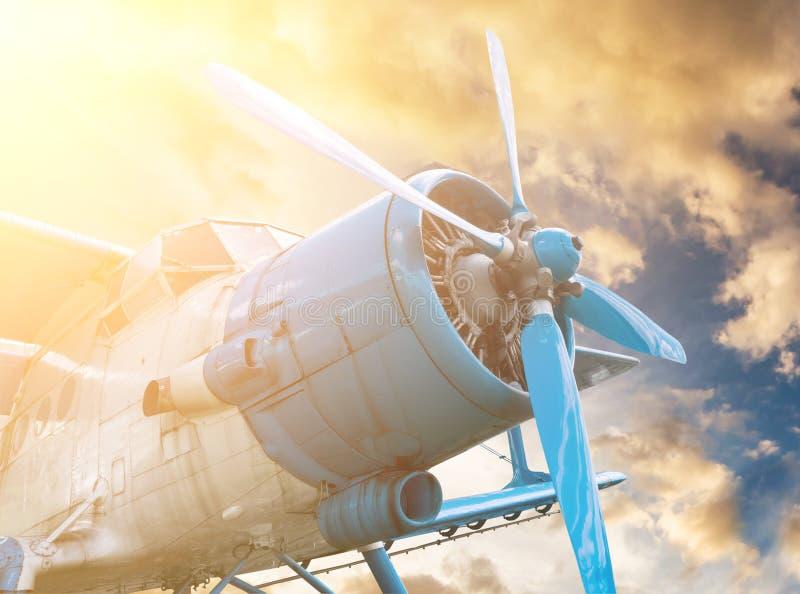 Fläche mit Propeller auf Sonnenunterganghimmelhintergrund lizenzfreie stockfotos