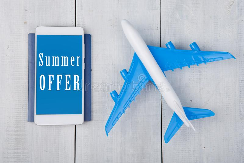 Fläche, Pass und Smartphone mit Text u. x22; Sommer Offer& x22; auf weißem Holztisch stockfotos