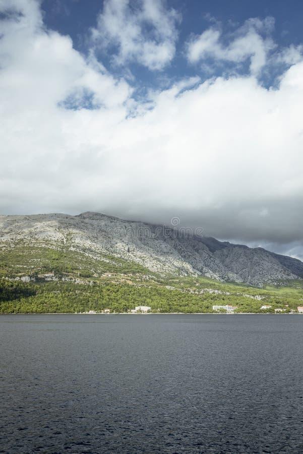 Flächenansicht über Küstenlinie nahe Orebic, Kroatien lizenzfreie stockbilder