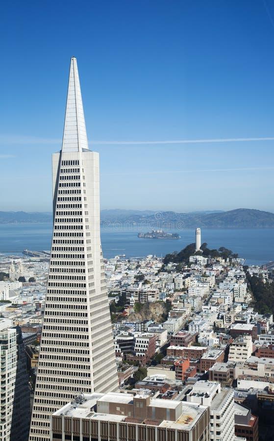 Flächenansicht über Transamerica-Pyramide und Stadt von San Francisco lizenzfreie stockbilder