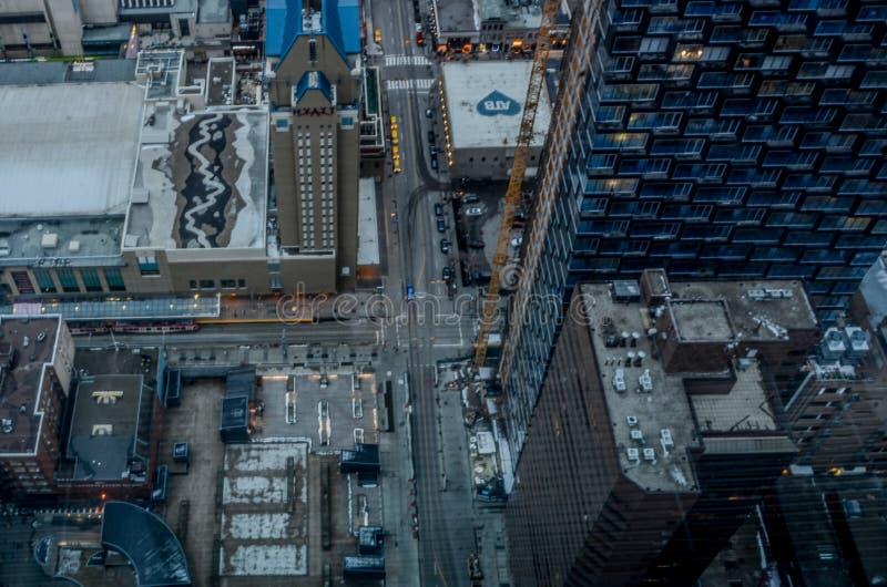 Flächenansicht von Stadtstraßen und -wolkenkratzern lizenzfreie stockfotos