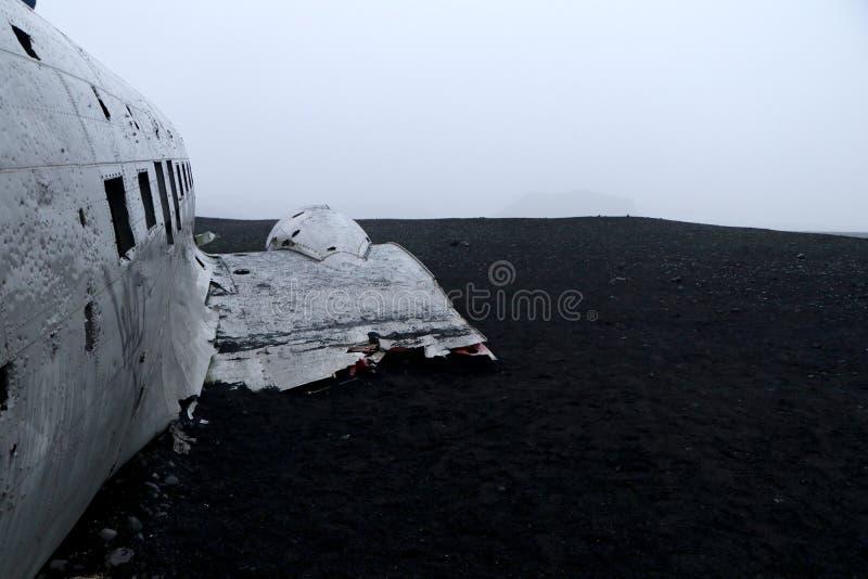Flächenkarkasse der AMERIKANISCHEN Armee angeschwemmt auf schwarzem Sand - Island lizenzfreie stockfotos