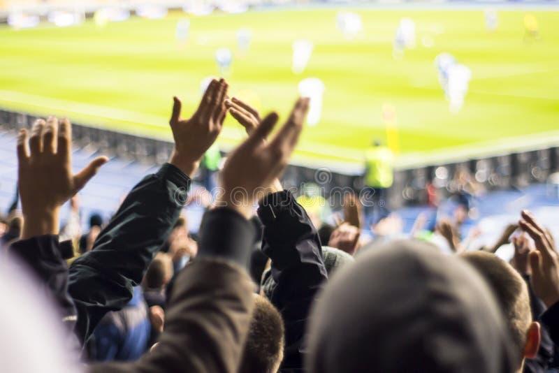 fläktar vem applåd deras händer på stadion royaltyfri fotografi