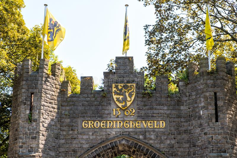 Flämische Löweflaggen auf das Groeningegate Kortrijk, Flandern, Belgien stockfoto