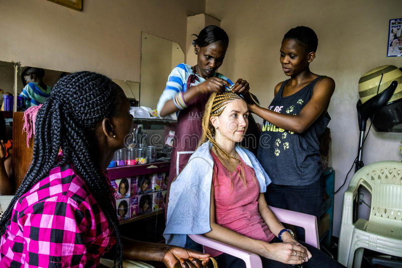 Fläta i frisörsalong i Nairobi, Kenya arkivbild