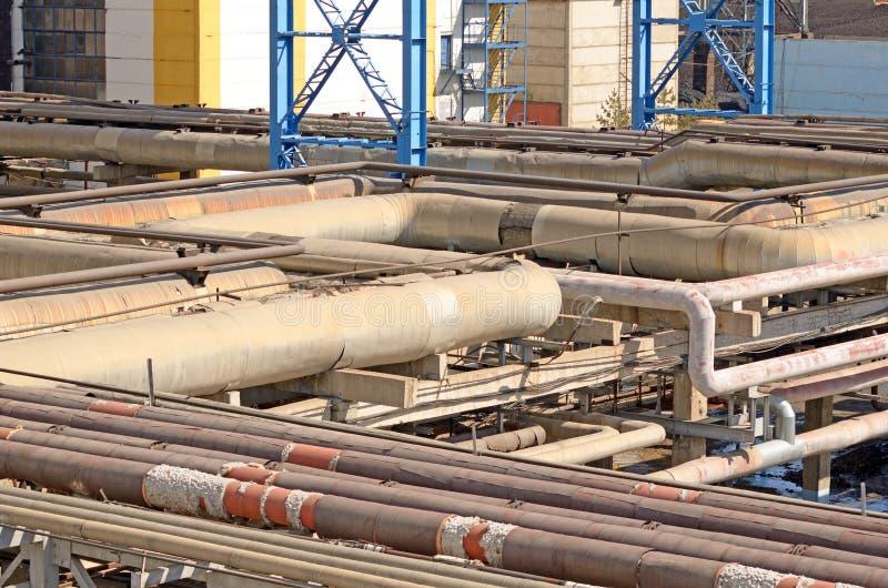 Fläta samman av enorma rör i en fabrik arkivfoto