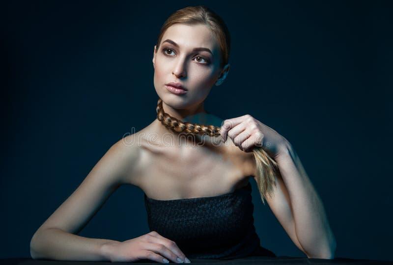 Flätad tråd för kvinnainnehav royaltyfria bilder