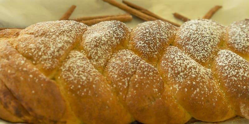 Flätad vridning för kanelbrunt bröd arkivbilder