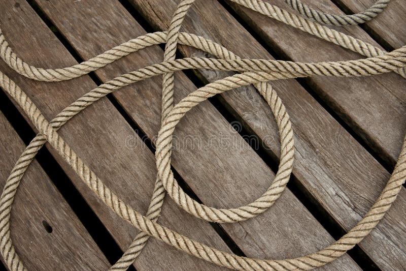 Flätat rep på det wood däcket royaltyfri foto