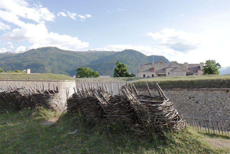 Flätverkgabions nära fort av Mont-Dauphinen, Hautes Alpes, Frankrike arkivbilder