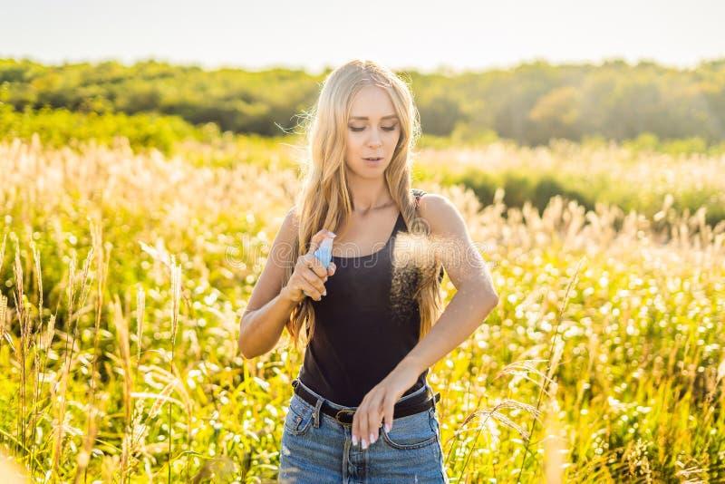 Flår den bespruta krypimpregneringsmedlet för kvinna på utomhus- i naturen som använder sprej, buteljerar Felet besprutar anti-kr fotografering för bildbyråer