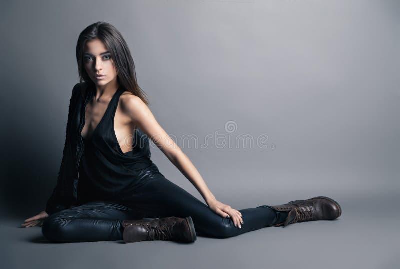 Flåsanden och omslag för läder för modemodell bärande royaltyfria foton