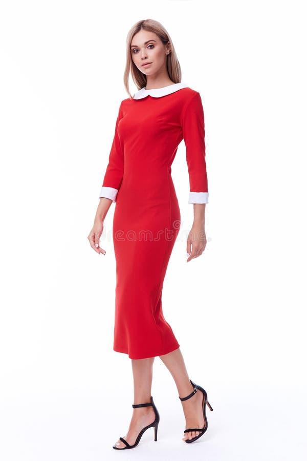 Flåsar den formella dräkten för härlig för kvinnamodellmode färg för kläder beige royaltyfri fotografi