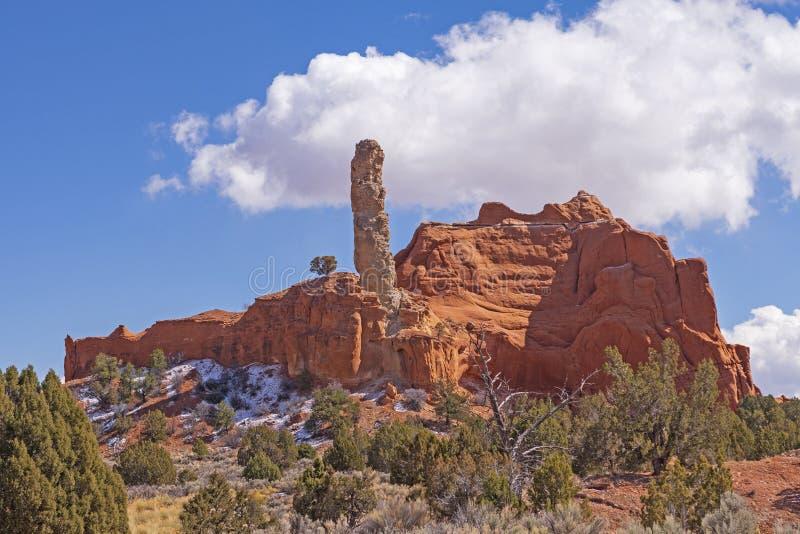 Flèche de grès dépassant hors d'une roche rouge Ridge photo stock