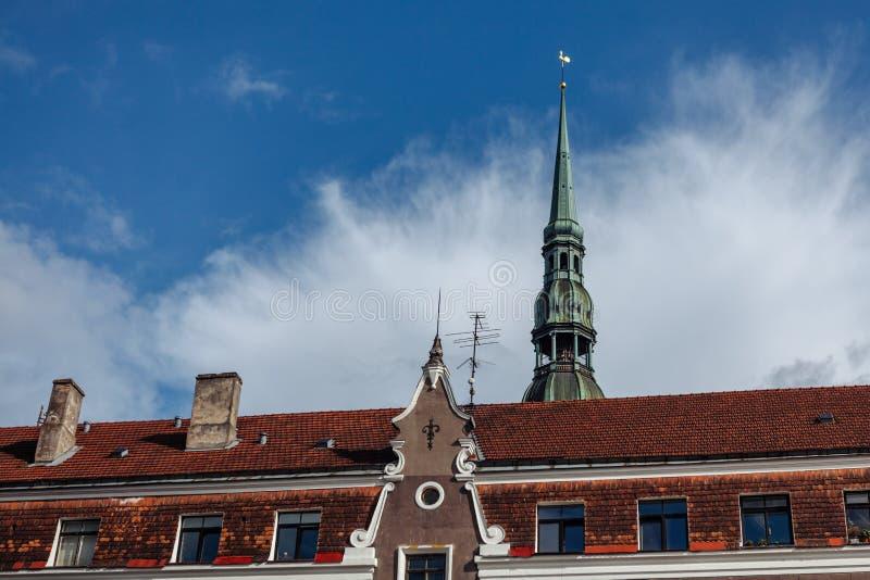 Flèche de saint Peter Lutheran Church sur la vieille ville à Riga photos libres de droits