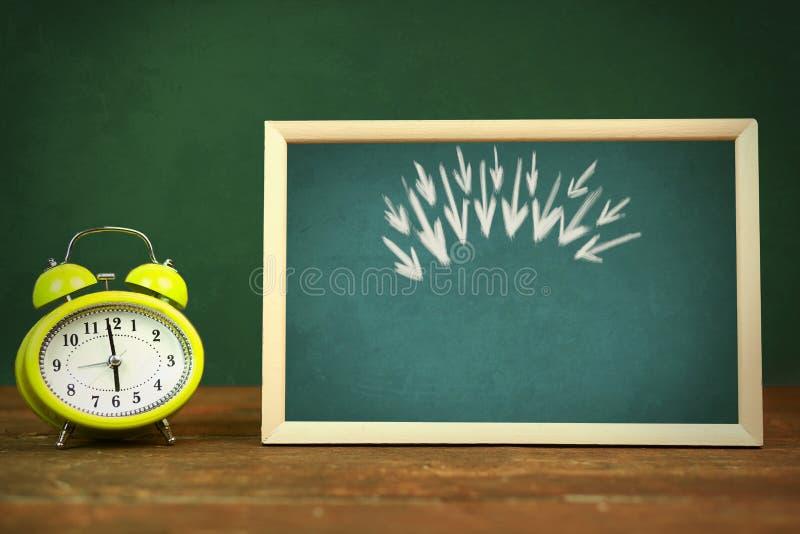 Flèche et horloge photographie stock libre de droits