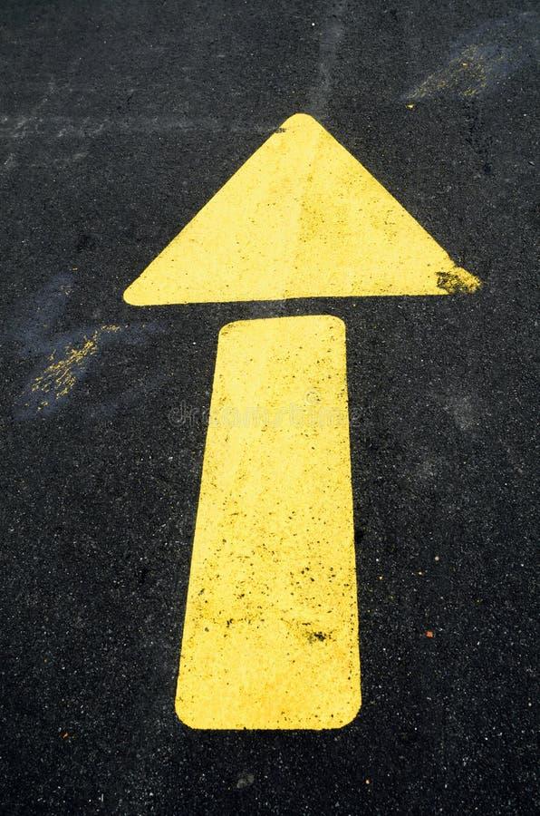 Flèche jaune sur le trottoir images stock