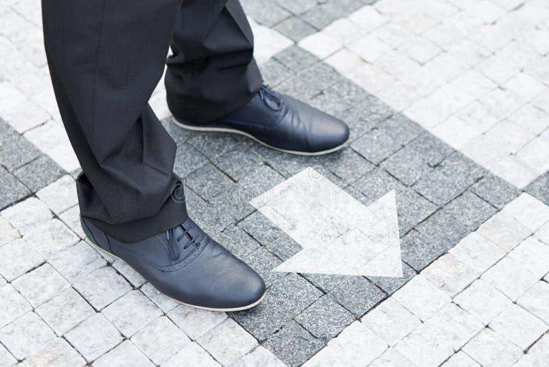 Flèche montrant la direction pour l'homme d'affaires image libre de droits