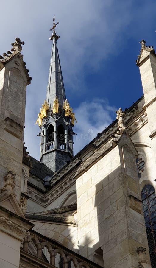 Flèche noire avec des anges d'or de St Nicholas Basilica, Nantes, France photo libre de droits