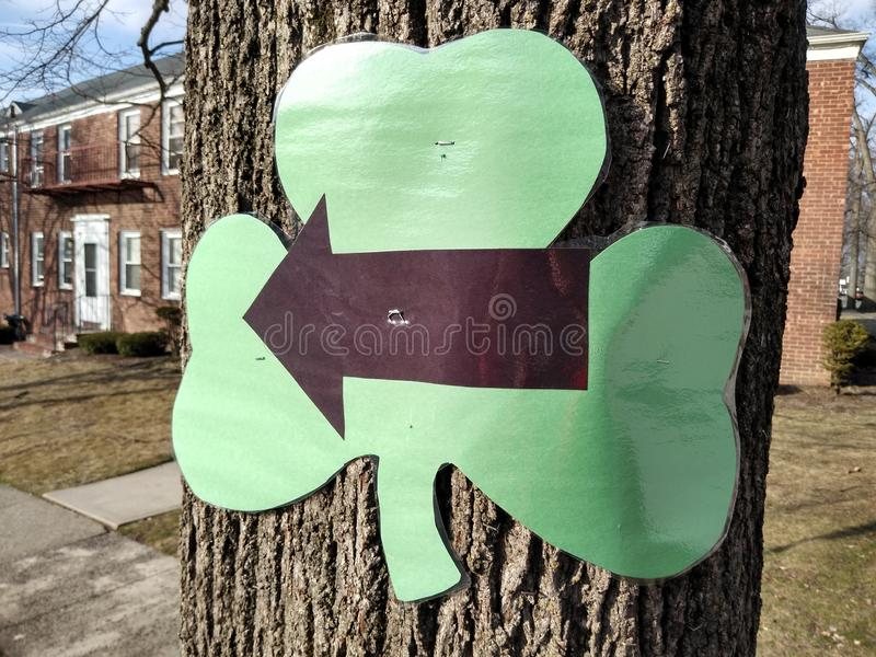 Flèche sur un oxalide petite oseille, course de la charité 5K, Rutherford, NJ, Etats-Unis photo libre de droits