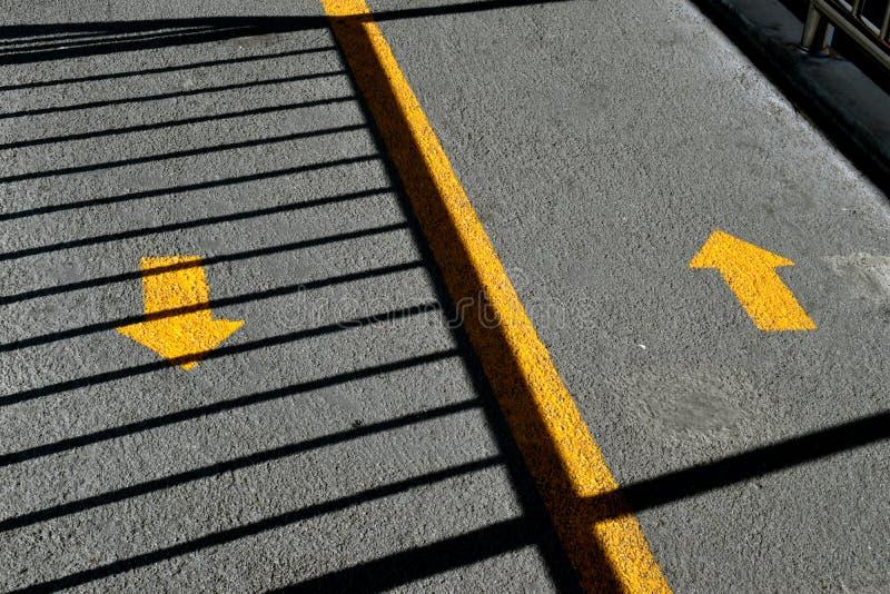 Flèches bi-directionnelles du trafic sur la rue photographie stock