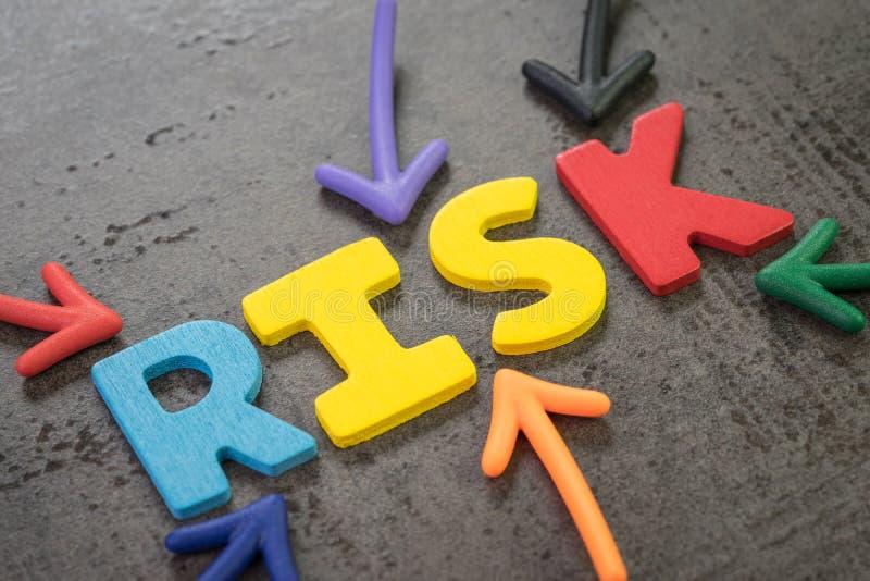 Flèches colorées indiquant le mot RISQUE au centre du mur noir de tableau, des affaires ou du risque d'investissement, résultat d images libres de droits
