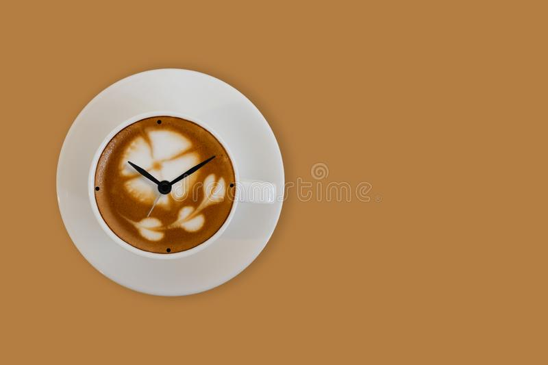 Flèches d'horloge sur la tasse d'a de surface de café photo stock