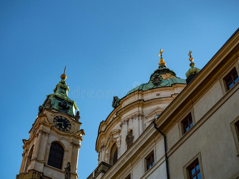Flèches de château de Prague sur le ciel bleu images stock