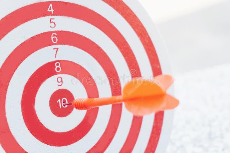 Flèches de concept de direction sur la cible de tir à l'arc du concept d'affaires de cible de cible images libres de droits