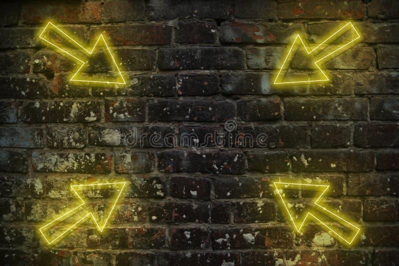 Flèches de néon brillantes arrière-plan futuriste dans le style rétro des années 80 90, vieux mur de briques avec réflexe jaune c illustration libre de droits