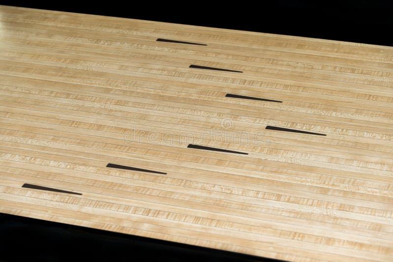 Flèches en bois de noir de plancher de parquet de sport de roulement image stock