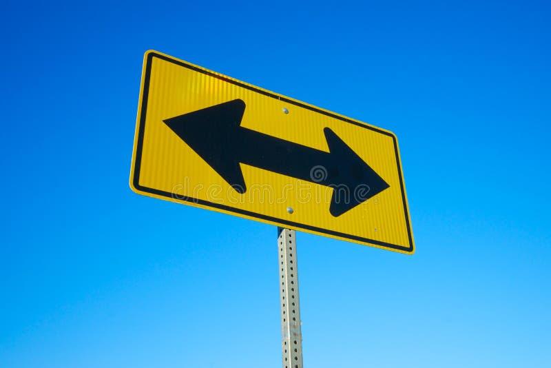 Flèches noires du panneau routier deux photos stock
