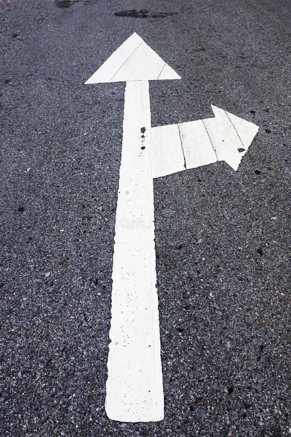 Flèches sur la route photo stock