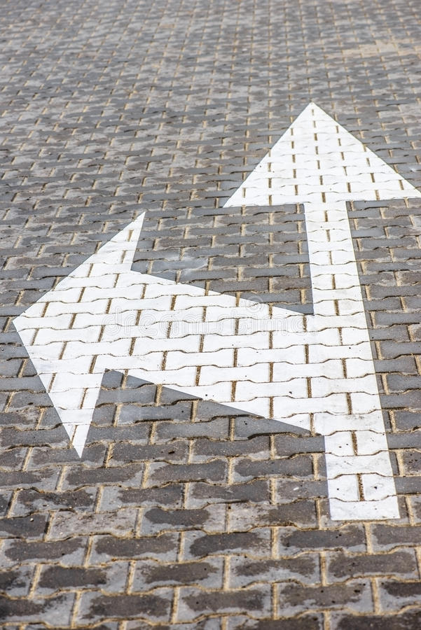Flèches sur la route photo libre de droits