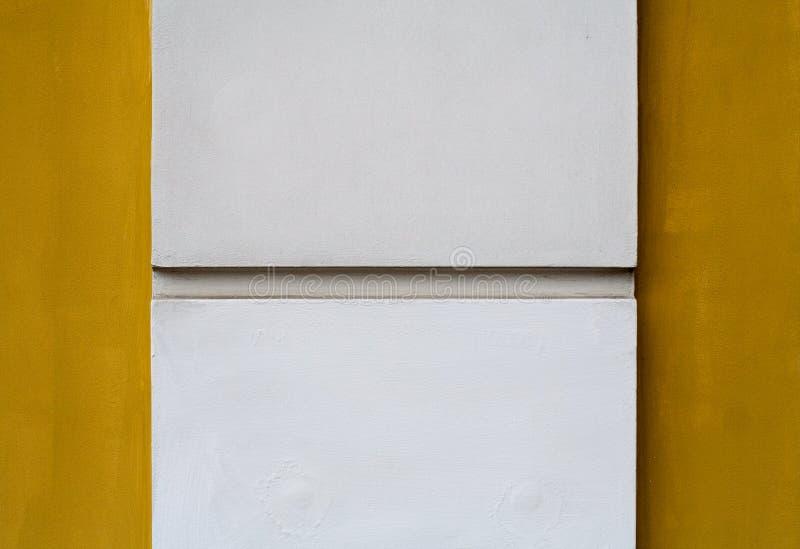 Fléau blanc sur le fond jaune image libre de droits