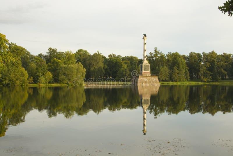 Fléau commémoratif sur le lac photo stock