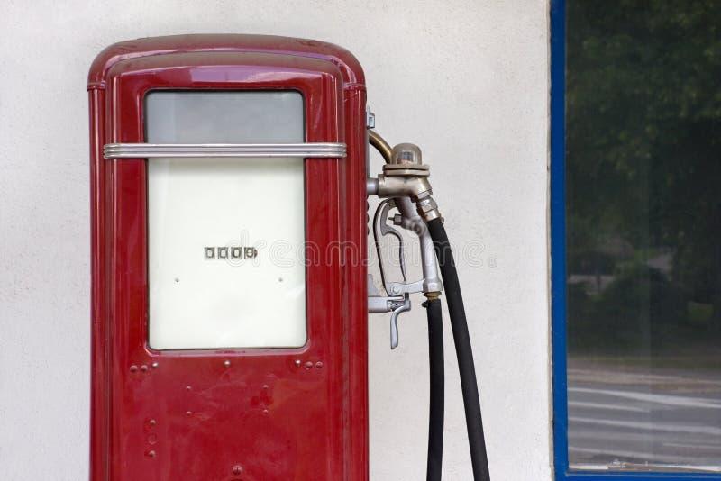 Fléau remplissant de vieille essence photographie stock