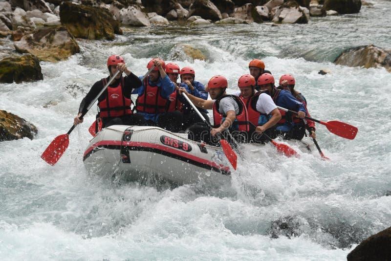 Flößen auf dem Drina-Fluss lizenzfreie stockfotos
