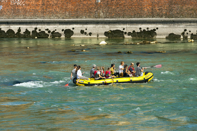 Flößen in Verona- - Etsch-Fluss lizenzfreie stockfotos
