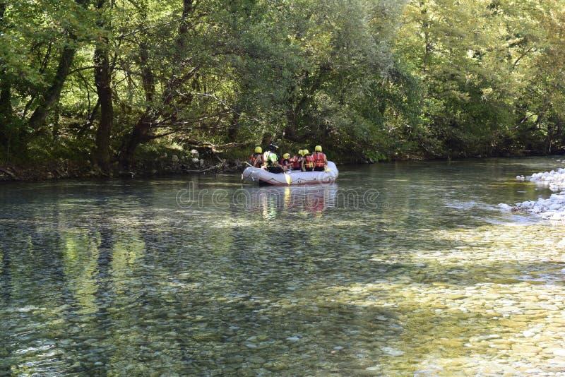 Flößen in voidomatis Fluss stockfoto