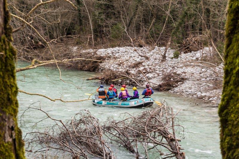 Flößen in voidomatis Fluss in Epirus Griechenland lizenzfreie stockfotos