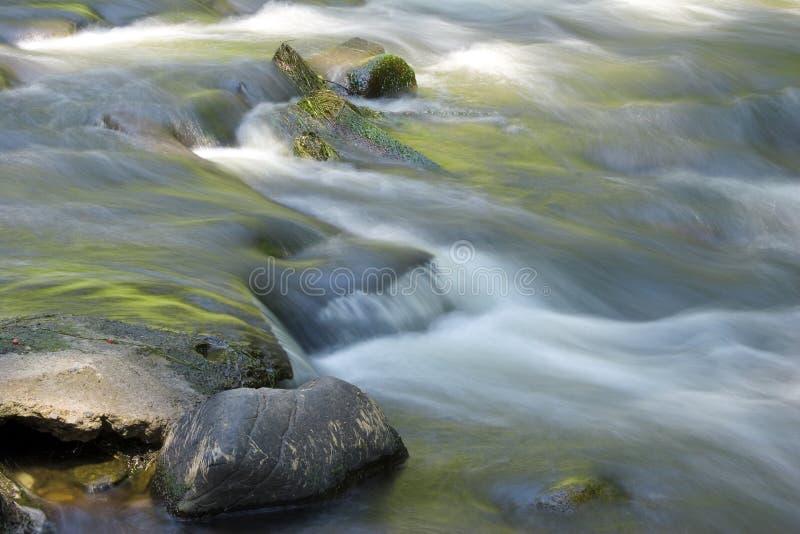 flöda över rocksvatten