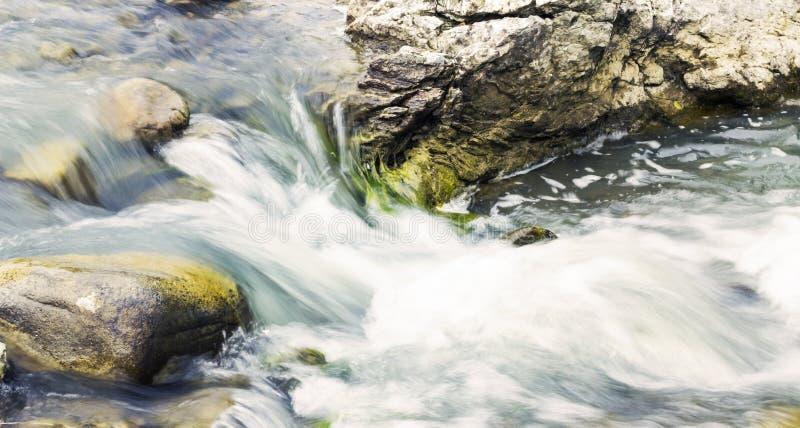 flöda över rocksvatten royaltyfria bilder