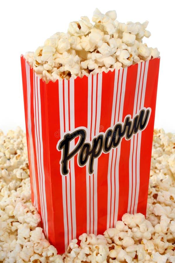flödande över popcorn för påse arkivbilder