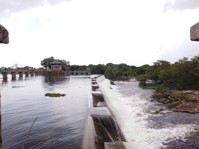 Flödande över spill av enorma behållare Sri Lanka royaltyfri bild