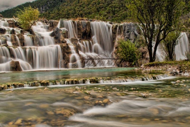 Flödande färgrik vattenfall royaltyfri bild