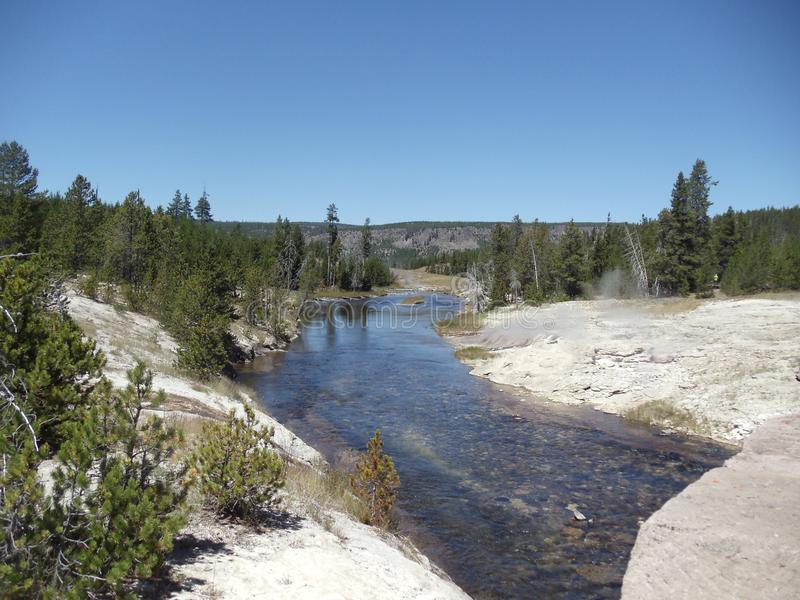 flödande flod royaltyfria foton
