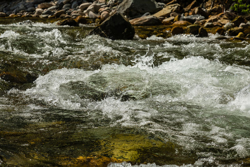 Flödande turbulent vatten för flod arkivbilder