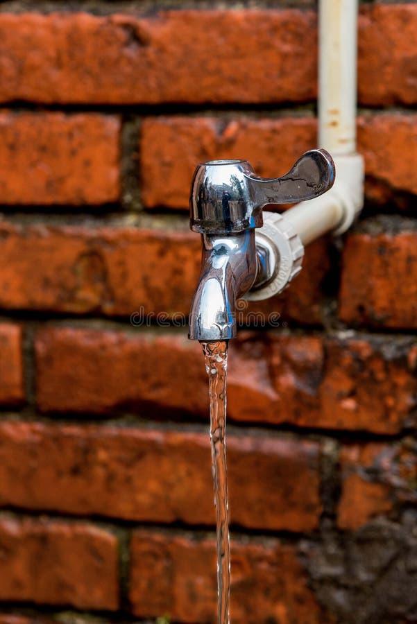 flödande vatten för vattenkran royaltyfria bilder
