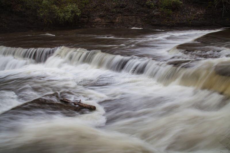 Flödande vatten i den Ithaca Falls klyftan royaltyfria bilder